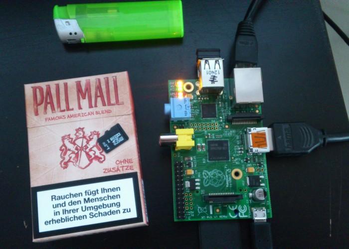 Raspberry PI - Größenvergleich mit Zigarettenschachtel und MicoSD-Karte